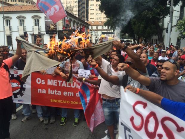 Funcionários de estaleiro queiamam uniforme em protesto no Rio (Foto: Gabriel Barreira/G1)