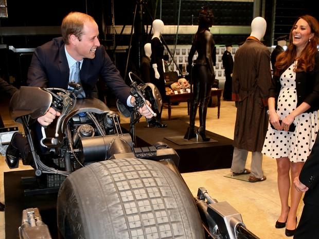 Kate Middleton se diverte ao ver William em moto do Batman (Foto: AFP)