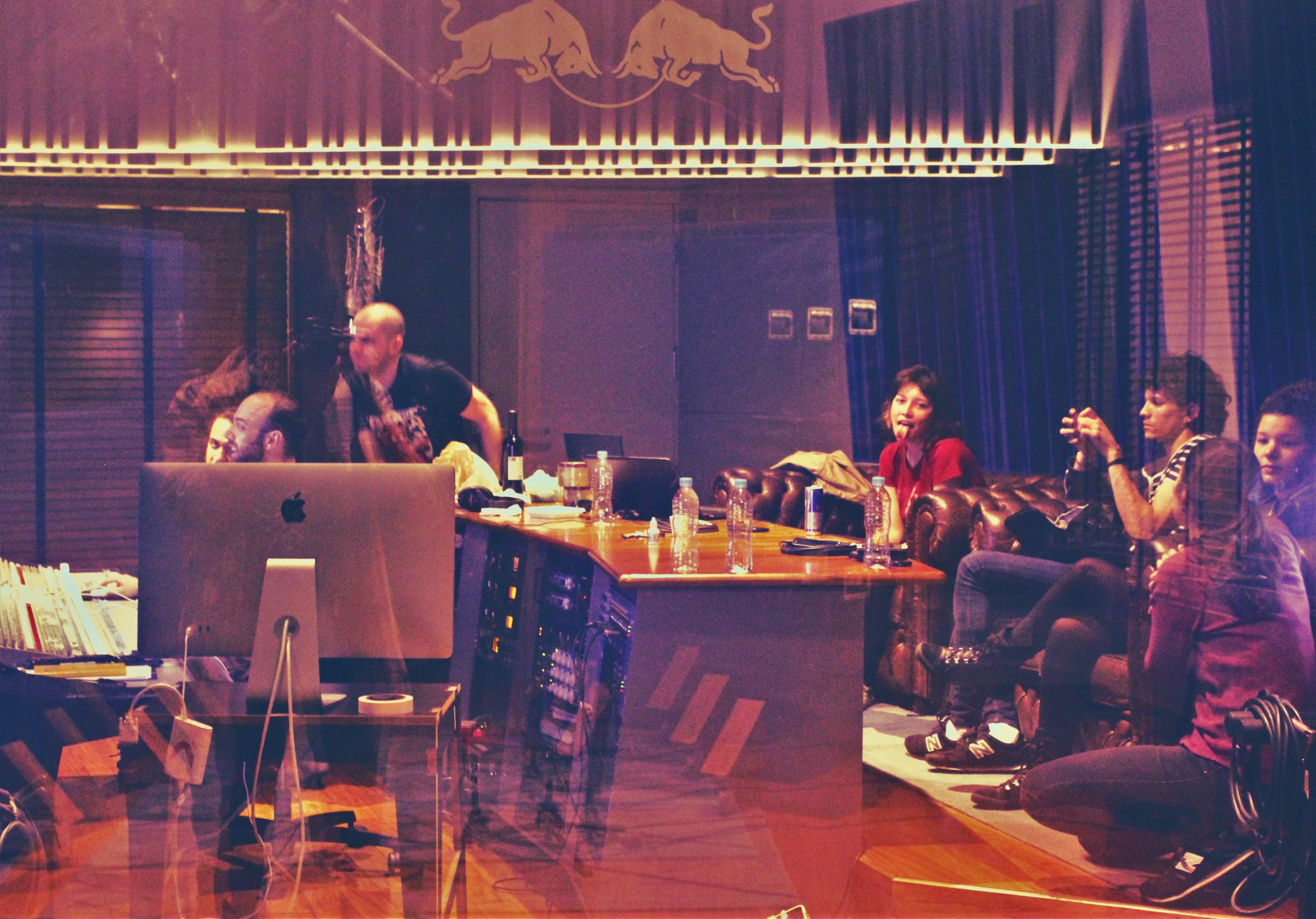 A banda Carne Doce acompanha os últimos momentos da mixagem
