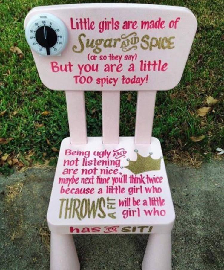 Cadeira não cumpre com seu principal objetivo e ainda abala a autoestima de meninas (Foto: Reprodução)
