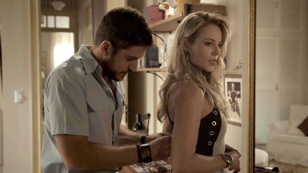 Jeiza pede a ajuda de Zeca para fechar vestido (Foto: TV Globo)
