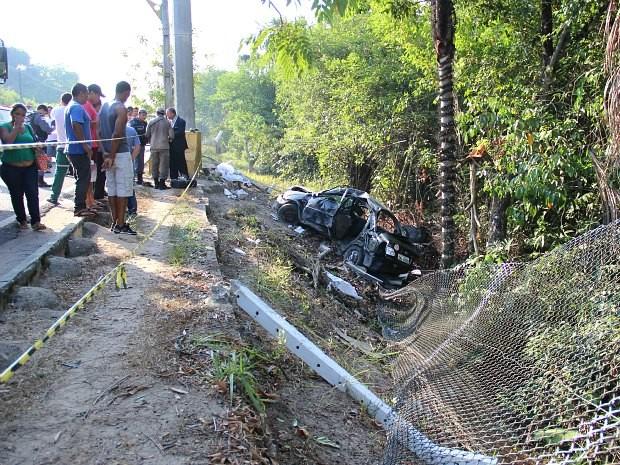 Curiosos observam carro destruído após acidente (Foto: Adneison Severiano/G1 AM)