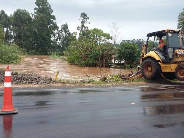 RS-287 foi bloqueada por que há risco de desmoronamento (Foto: EGR/Divulgação)