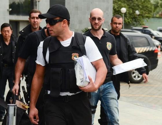 Agentes da Polícia Federal durante a sétima fase da Operação Zelotes (Foto: Rovena Rosa/ Agência Brasil)