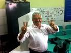 Petebista Elmano Férrer vota em escola em Teresina