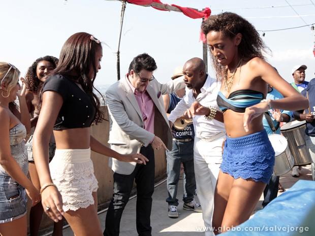 Mustafa está se divertindo com o samba e Pescoço quer mostrar uns passos para o turco (Foto: Salve Jorge/TV Globo)