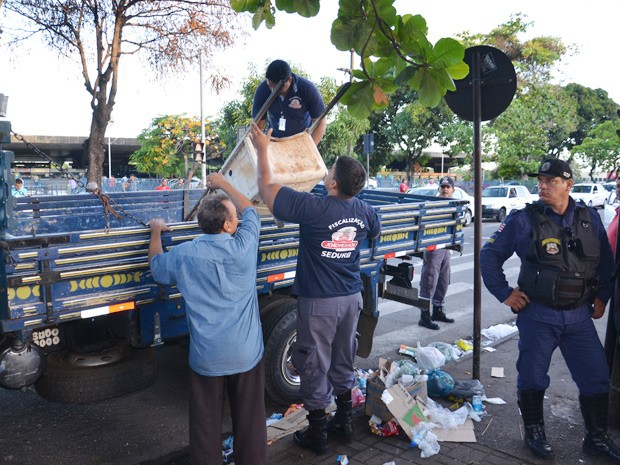 Operação Calçada Limpa começou por volta das 5h desta segunda-feira (15) (Foto: Walter Paparazzo/G1)