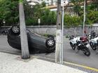 Motorista perde o controle do veículo e carro capota em Fortaleza