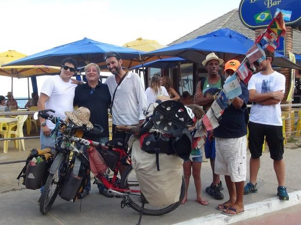Diversos amigos foram à Orla de Jatiúca para recepcionar o viajante (Foto: Lucas Leite/G1)