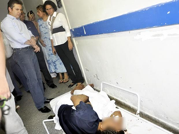 Pacientes são encontrados nos corredores do pronto-socorro por falta de leito (Foto: Kelly Martins/G1 MT)