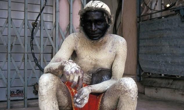 Ele tem que se fantasiar de macaco para afugentar símios rivais que estão invadindo uma região na Índia
