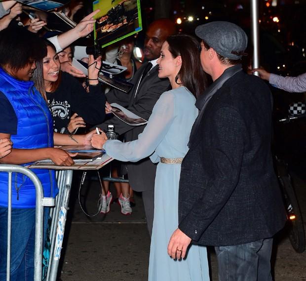 Angelina Jolie e Brad Pitt atendem fãs (Foto: AKM-GSI)