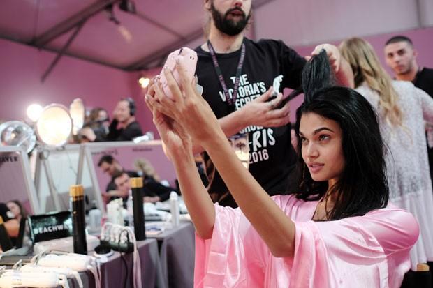 Dani Braga faz uma selfie no backstage do Victorias Secret Fashion Show (Foto: Getty Images)