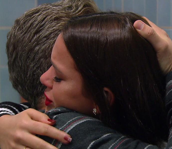 Bruna recebe um abraço de Luciano Huck (Foto: Globo)