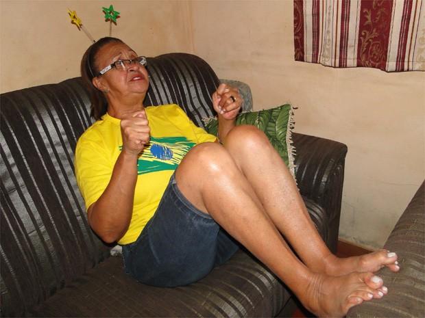 Aos 64 anos, Maria Conceição faz figa até com os pés quando está na torcida pela seleção brasileira (Foto: Igor Savenhago/G1)