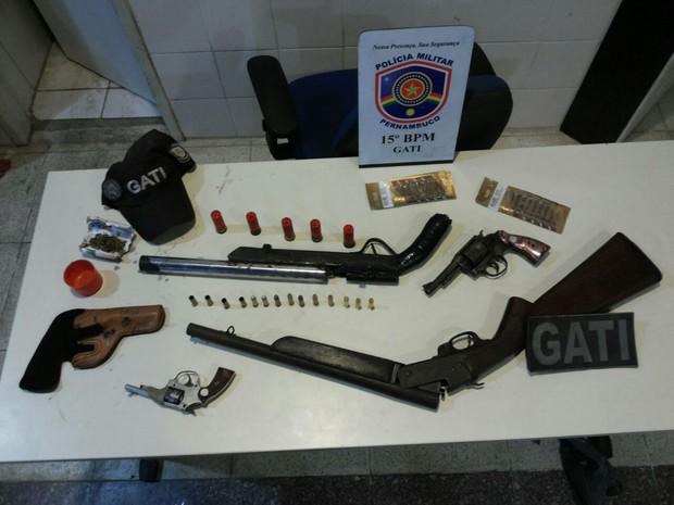 Armas e porção de maconha foram apreendidas com o trio em Belo Jardim (Foto: Divulgação/Polícia Militar)