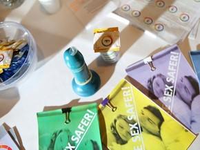 Exemplares de camisinhas que mudam de cor quando são detectadas doenças sexualmente transmissíveis (Foto: Divulgação/TeenTech2015)