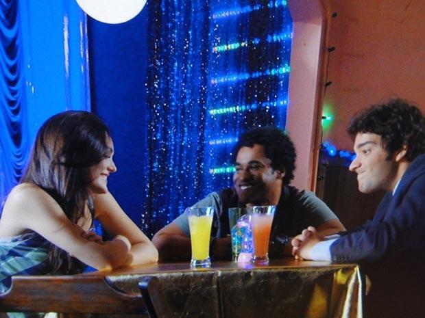 Pô, Kleiton! Cortou o clima entre Cida e Elano (Foto: Cheias de Charme / TV Globo)