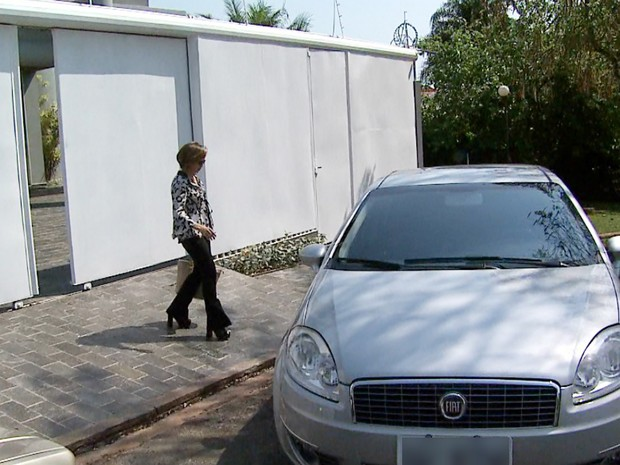Dárcy Vera (PSD) deixa a casa onde mora no bairro Ribeirânia (Foto: Reprodução/EPTV)