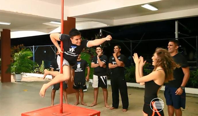 Marmanjos encaram o pole dance em brincadeira pelo Dia da Mulher (Foto: Reprodução/Rede Clube)