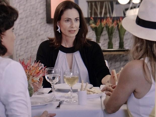 As três amigas do passado falam sobre o segredo de Laura (Foto: TV Globo)