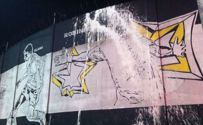 Imagem de Robinho no muro do CT Rei Pelé, em Santos, é vandalizada (Foto: Renan Fiuza / TV Tribuna)