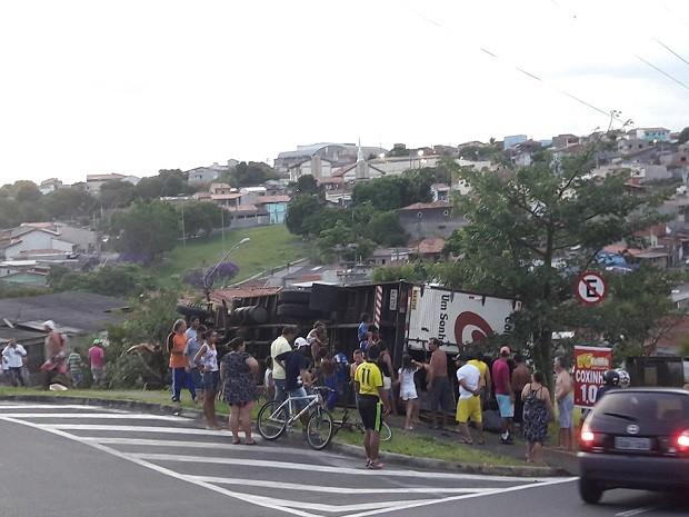 Caminhão ficou atravessado em praça de Sorocaba (Foto: Arquivo Pessoal)