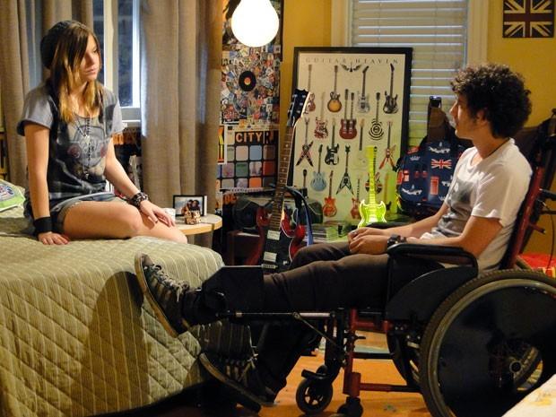 Dinho pergunta se Lia quer ficar com ele de novo e leva o maior fora  (Foto: Divulgação/TV Globo)