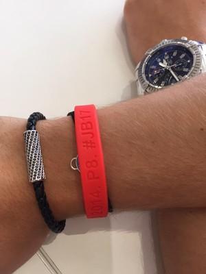 Ex-Marussia, Manor distribui pulseira em homenagem a Jules Bianchi em Mônaco (Foto:  Chris Medland / Twitter)