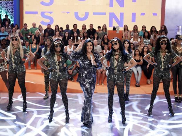 Regina Casé e sua entrada triunfal (Foto: Divulgação / Rede Globo)