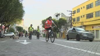 Ciclistas percorrem o centro de Manus em homenagem ao aniversário da cidade (Silvio Lima)