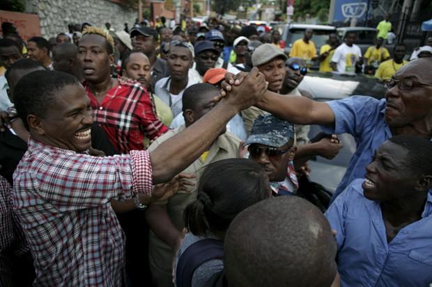 Candidato à presidência Jude Celestin aperta mão de um eleitor durante caminhada em Porto Príncipe (Foto: Andres Martinez Casares/Reuters)