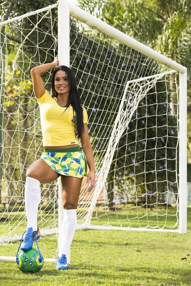 Gracyanne Barbosa vestida com roupa do Brasil (Foto: Divulgação)