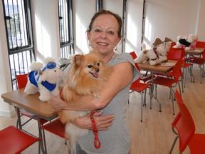 Miriam Saraiva levou a cadelinha Charlotte para 'conhecer' o espaço. (Foto: Alex Araújo/G1)