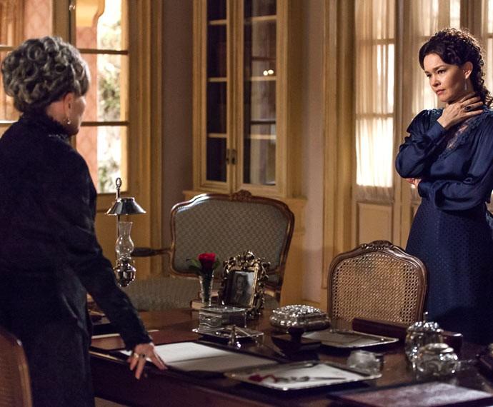 Dorotéia e Vitória discutem no gabinete da Condessa (Foto: Artur Meninea/Gshow)