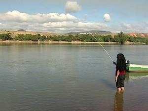 Água não chega aos joelhos da pescadora (Foto: Reprodução/ TV Gazeta)