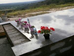 Túmulo foi construído no quintal da casa da família para realizar sonho da filha (Foto: Kênia Rodrigues/Divulgação)