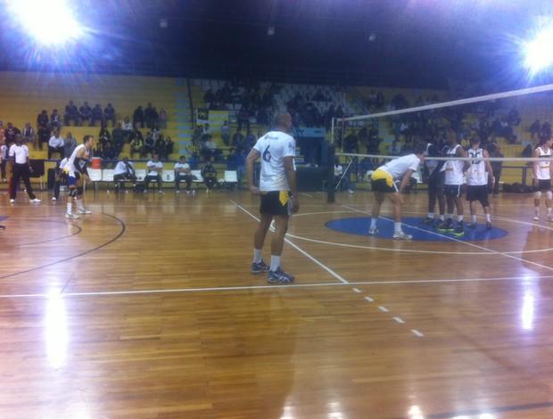 Equipe em quadra no primeiro jogo da final (Foto: Vinicius Lima/GLOBOESPORTE.COM)