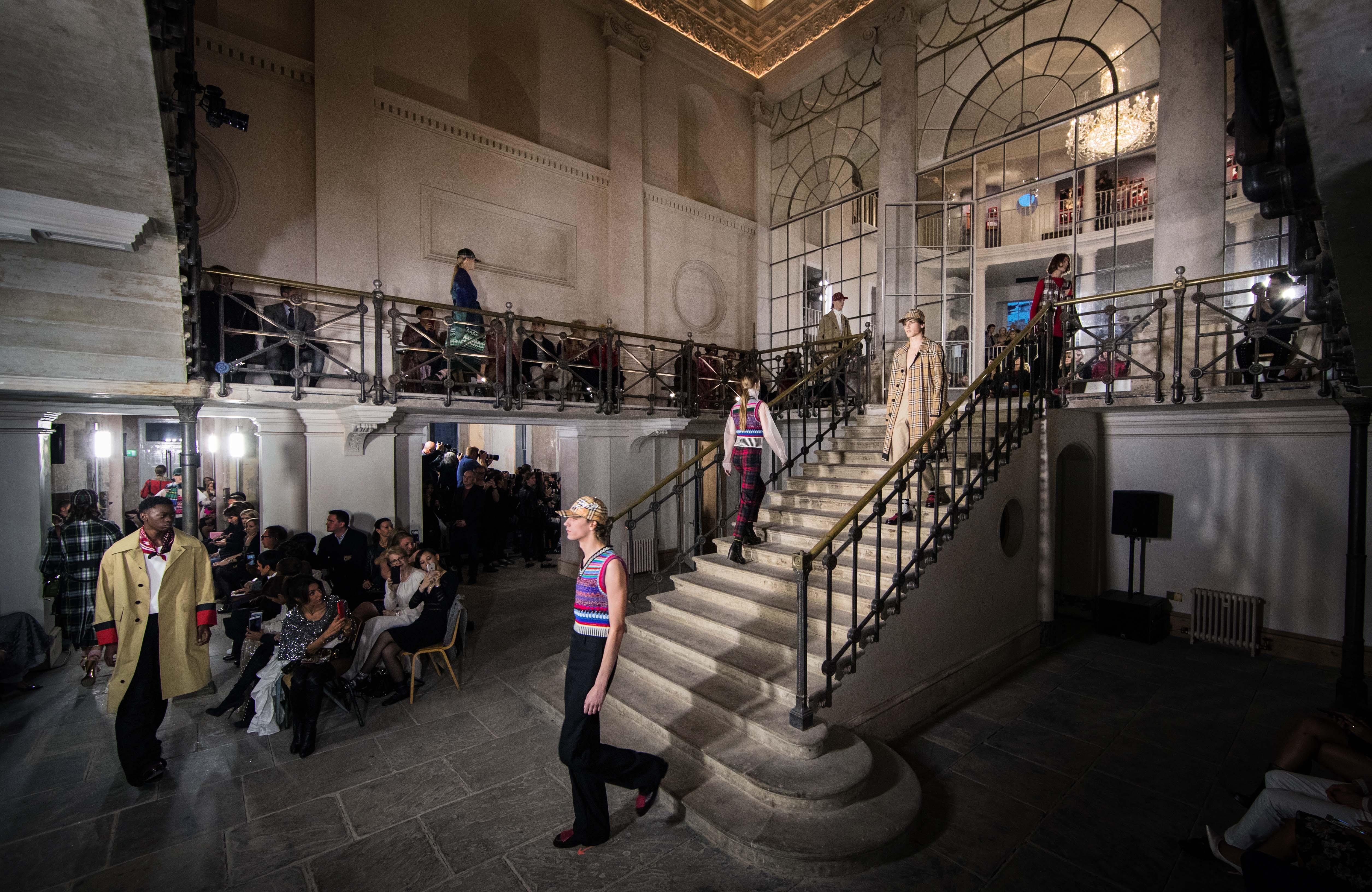Lançamento da nova coleção da Burberry aconteceu em edifício de mais de 250 anos (Foto: Divulgação)