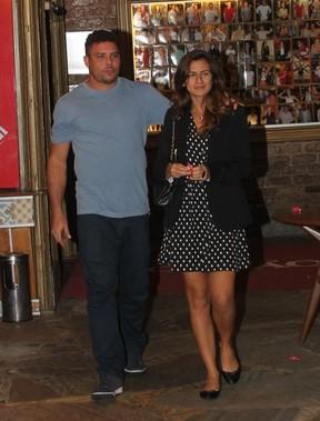 Ronaldo Fenômeno com a namorada, Paula Morais, em restaurante no Rio (Foto: Delson Silva/ Ag. News)
