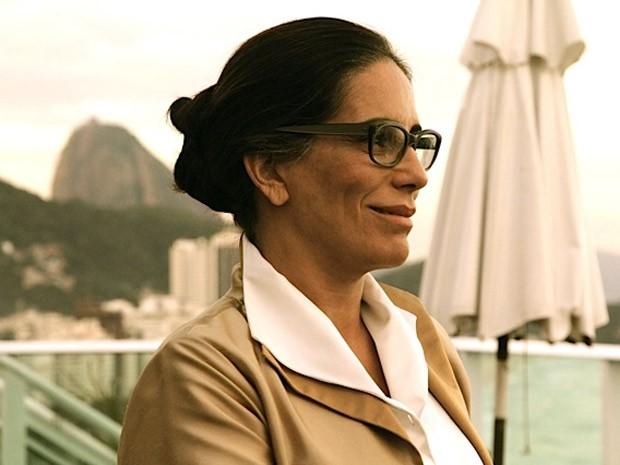 Glória Pires, durante os ensaios, já caracterizada como a arquiteta carioca Lota de Macedo Soares (Foto: Divulgação)