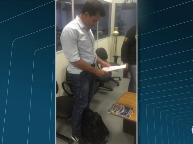 Empresário assina termo que pede a sua prisão (Foto: Reprodução / TV Globo)