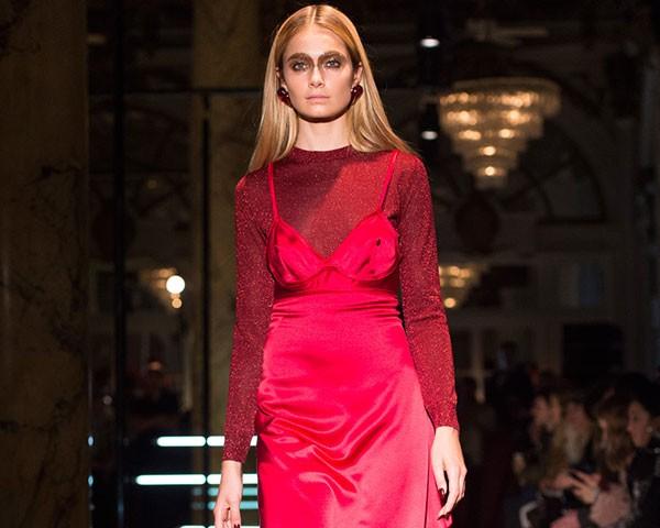 A combinação vestido e blusa segue como uma das preferidas para o inverno (Foto: Imaxtree)