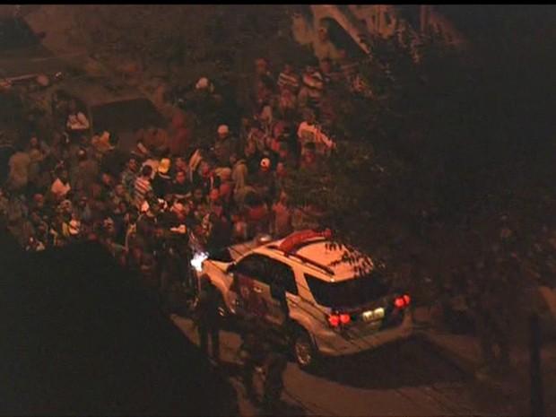 Homens baleados por PM em perseguição na Zona Sul de SP aguardavam resgate do SAMU (Foto: Reprodução/TV Globo)