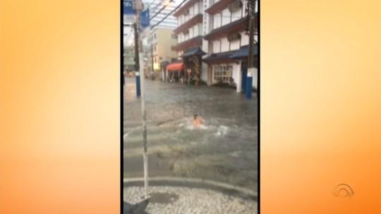 Vídeo registra instante em que teto de shopping desaba com chuva em Itajaí