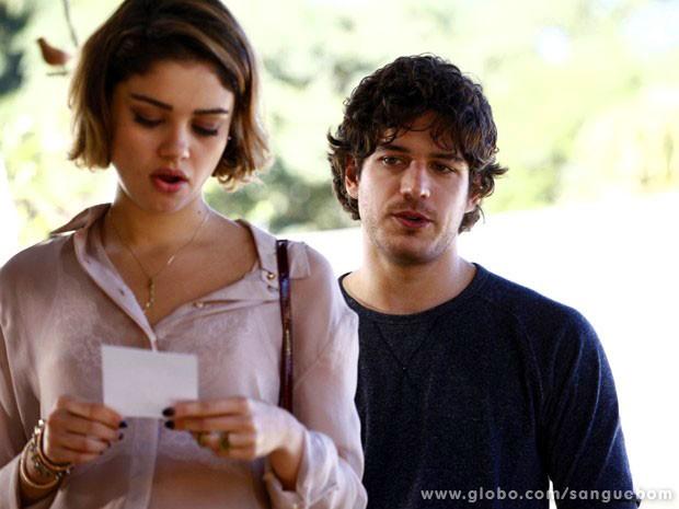 Amora fica boquiaberta ao ver a foto da corintiana toda produzida (Foto: Sangue Bom / TV Globo)