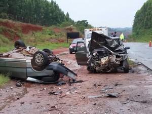 Carros ficaram destruídos após colisão na SP-270, em Itapetininga (Foto: Cláudio Nascimento/TV TEM)