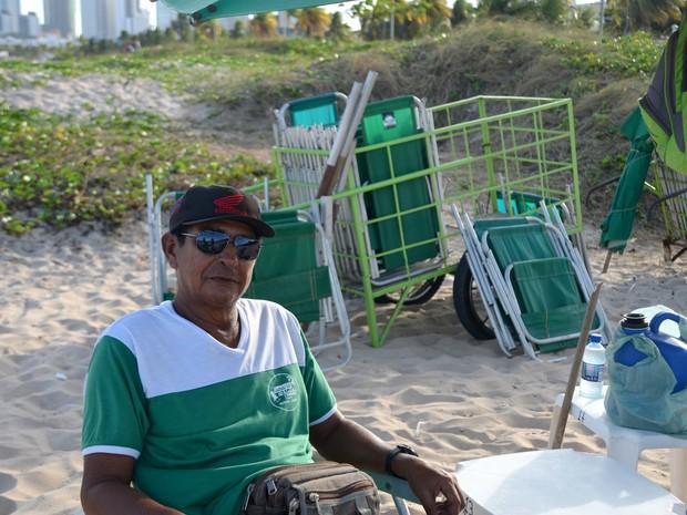 Ednaldo Borges trabalha na praia há 9 anos e não quer voltar a fazer outra coisa (Foto: Dani Fechine/G1)