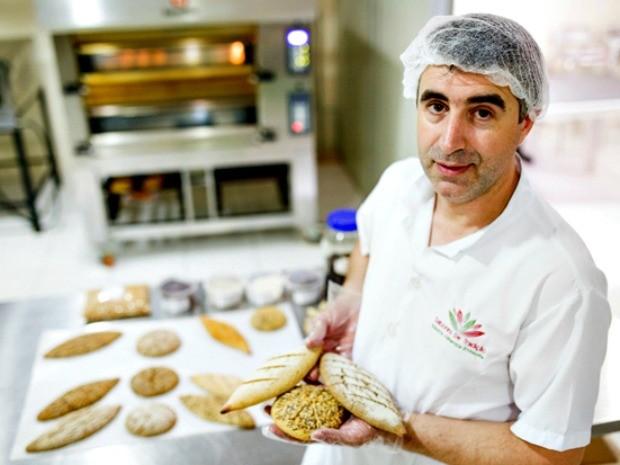 José Carlos Neves trabalha no desenvolvimento dos pães (Foto: Érico Xavier/Agência Fapeam)