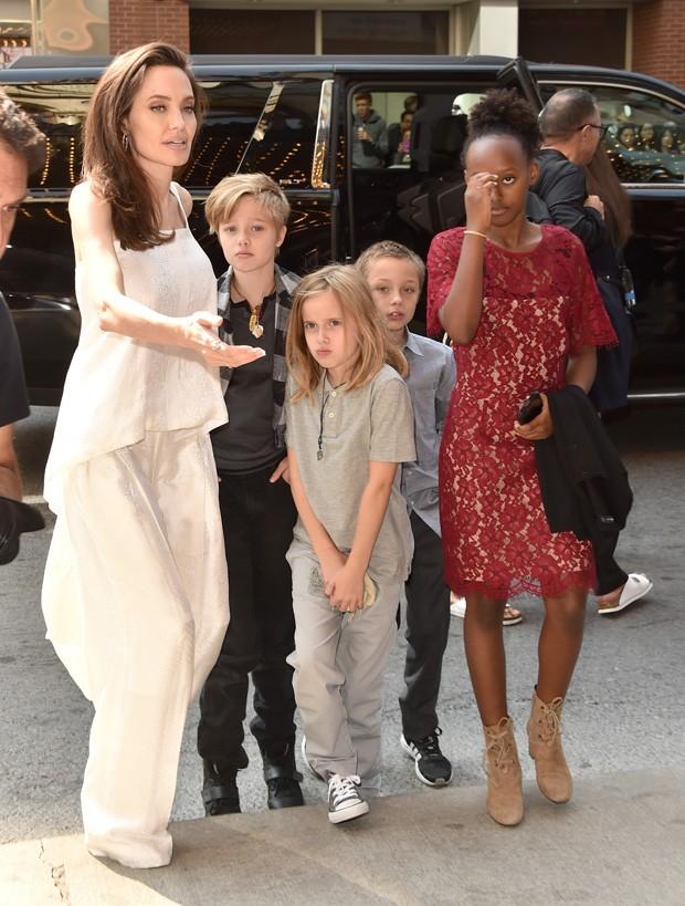 Angelina Jolie com os filhos para o Festival de Cinema de Toronto (Foto: Getty Images)